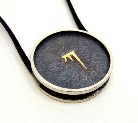 Gent Golden KA Ø 32 mm • Silber teils geschwärzt, Gold 750 • KA erhaben, zwei Ösen, flach mit Zarge • private collection