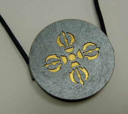 Golden Doppeldorje Ø 36 mm • Gold 999, Silber geschwärzt • zwei Ösen, flach