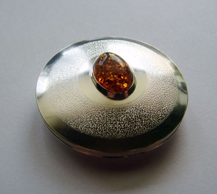 Chased Amber Ø 42 mm • Silber, Bernstein ca. 8x12 mm • private collection