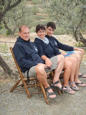 La famiglia Martorano si gode il panorama dal giardino di Salvador Dalì