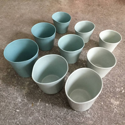 Tasses à café en 3 teintes de vert et en 3 tailles. Porcelaine. Brigitte morel