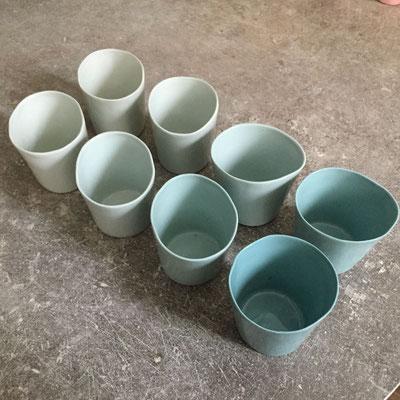 Petites tasses à café en 4 teintes de vert. Porcelaine. Brigitte morel