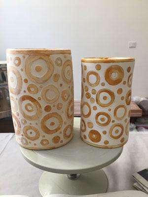 Vases. Technique de réserve avec de la gomme laque. Porcelaine. Brigitte Morel