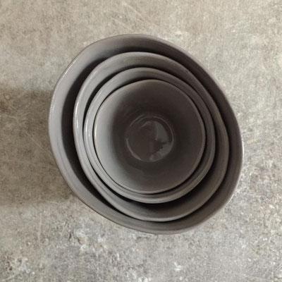 Set de tasses brunes en porcelaine teintée dans la masse. Brigitte Morel