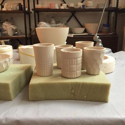 Tasses à café sorties du moule. Porcelaine. Brigitte Morel