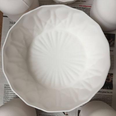 Saladier en porcelaine en attente de cuisson. Brigitte Morel
