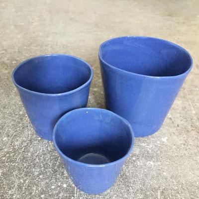 Set de tasses bleues en porcelaine teintée dans la masse. Brigitte Morel