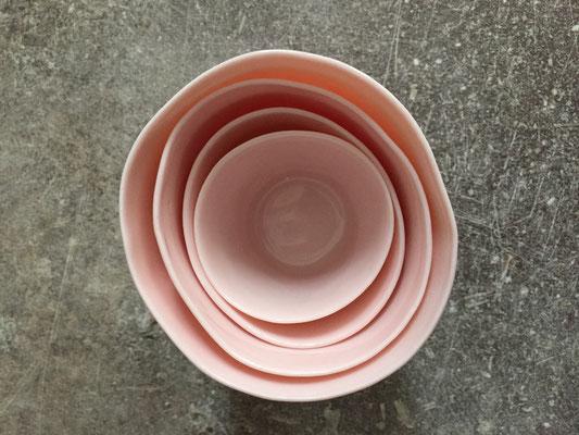 Set de tasses en porcelaine teintée rose pale dans la masse. Brigitte Morel