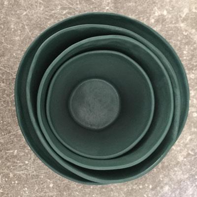 Série de tasses vertes emboîtées. Porcelaine. Brigitte Morel