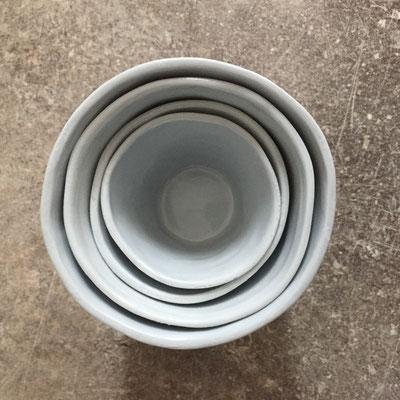 Set de tasses avec décor en relief. Porcelaine bleue pale teintée dans la masse. Brigitte Morel