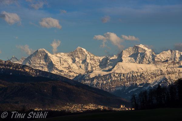 Eiger, Mönch und Jungfrau mit Thun im Vordergrund