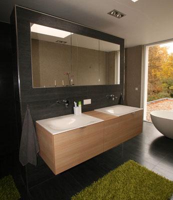Schwarzes Badezimmer mit hellem Doppelwaschtisch aus Holz