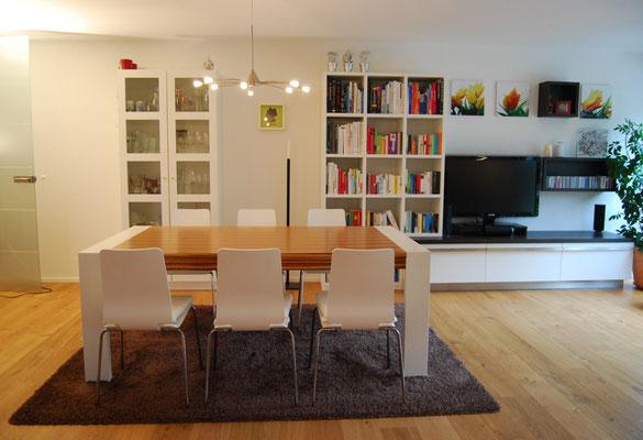 Wohnzimmer mit Esstisch aus Holz in braun und weiß