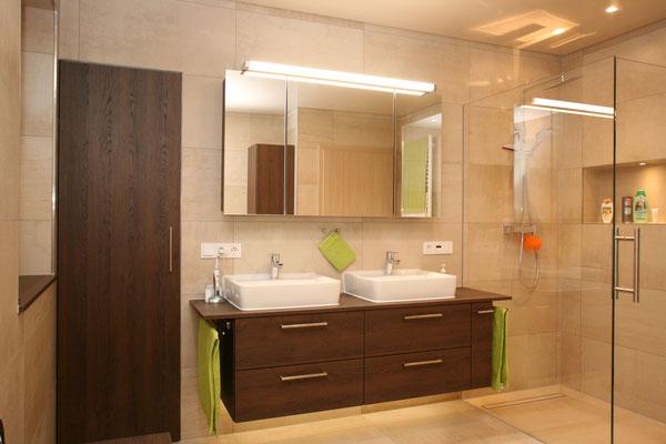 Badezimmerunterschränke von unserer Schreinerei aus dunklem Holz