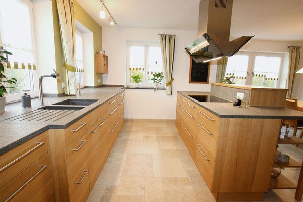 Holzküche mit schwarzer Arbeitsfläche