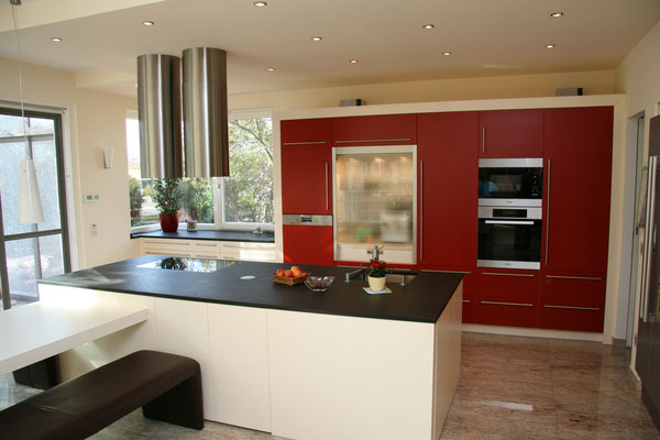 Rote Einbauküche gefertigt von unserer Schreinerei