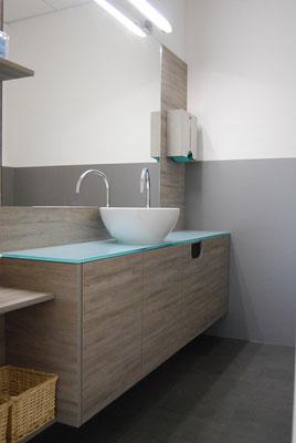 moderner Waschtisch aus grauem Holz und Glas mit rundem Waschbecken