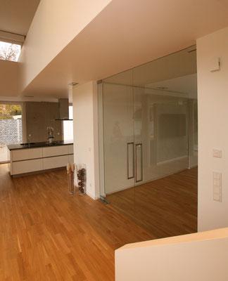 Puristische große Glastür im Wohnbereich