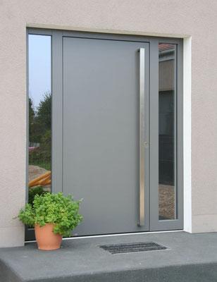 Moderne schlichte Haustür mit Glas in hellgrau