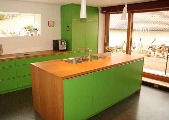 Giftgrüne Schreiner-Küche mit Kochinsel