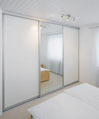 Moderner weißer Kleiderschrank mit Spiegeltür