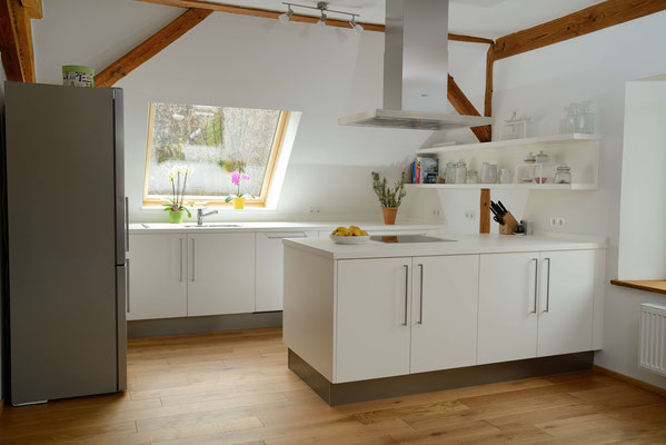 Perfekt geplante Küche für Raum mit Dachschräge