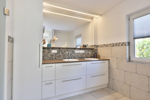 Weiße helle Badezimmer-Möbel vom Schreiner