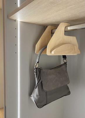 Taschenaufbewahrung im Schrank