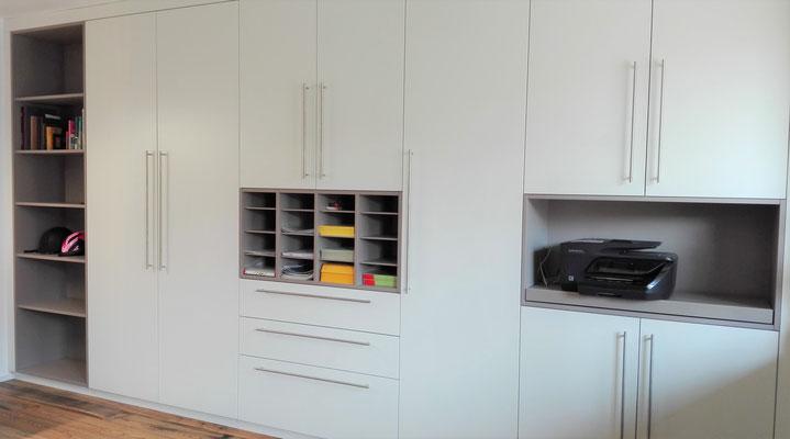 Schrankwand in Weiß mit Regalen in grau