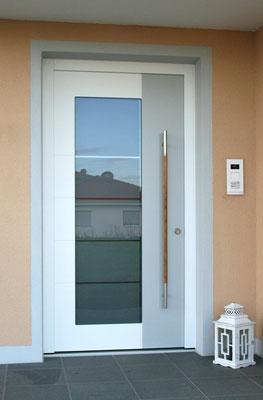 Eingangstür mit Fenstereinsatz