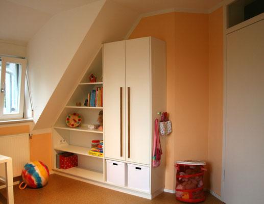 Schrank maßgefertigt für Raum mit Dachschräge