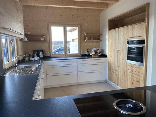 Schreiner-Küche mit weißen Unterschränken und Arbeitsplatte ist aus Granit