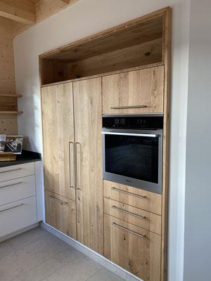 Küche mit in der Wand eingebauten Hochschrankblock