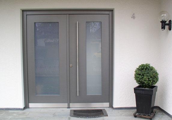 Eingangstür in Grau