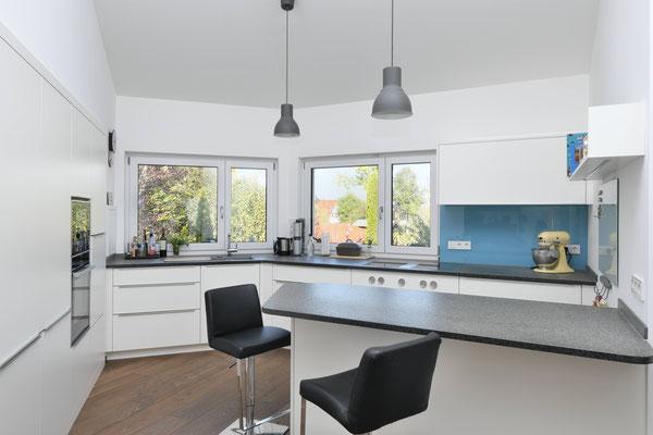 Zeitlose Küche in Weiß mit schwarzer Arbeitsplatte