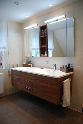 moderner Waschtisch aus dunklem Holz mit zwei Waschbecken