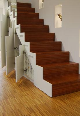Praktischer Schrank unter der Treppe eingebaut