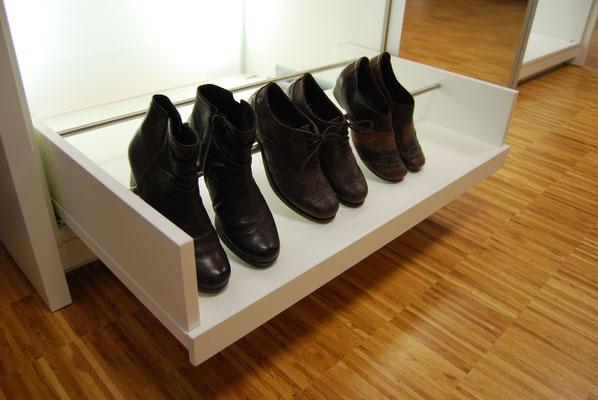 Ausziehbarer Boden für Schuhstauraum