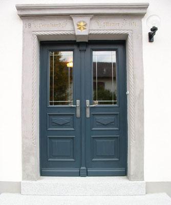 dunkelblaue Haustür in Jugendstil