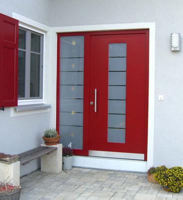 moderne rote Haustür mit Glasfenstern