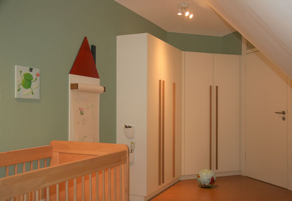 Schmaler Schrank mit langen Griffen in einem Kinderzimmer