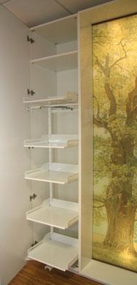 Ausziehbare Böden in einen Schrank im Eingangsbereich