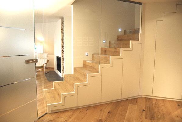 Treppe mit eingebautem Schrank und Glaswand