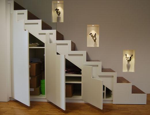 Treppe mit verstecktem, integriertem Schrank sorgt für mehr Ordnung