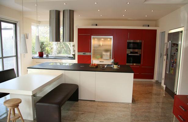 Farbenfrohe Küche mit Kochinsel in Rot, Weiß und Schwarz