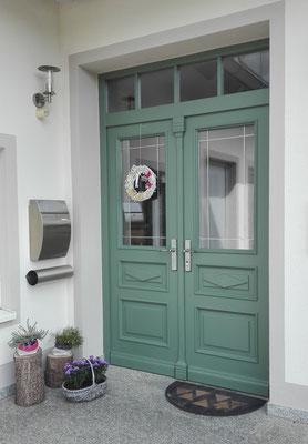 Grüne Haustür mit Glas im Landhausstil