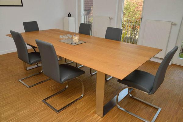 großer moderner Bürotisch aus Holz mit Metallfuß