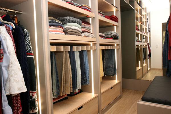 Organisation und Beleuchtung im Kleiderschrank