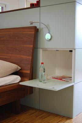Schrankwand mit integriertem Nachtkästchen