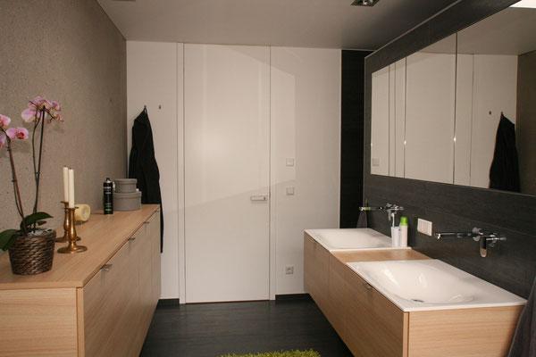 Puristische Badezimmermöbel aus hellem Holz